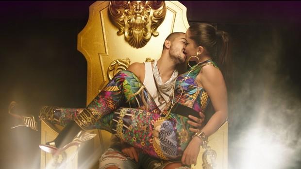 Anitta e Maluma do beijo no clipe de 'Sim ou No' (Foto: Reproduo)