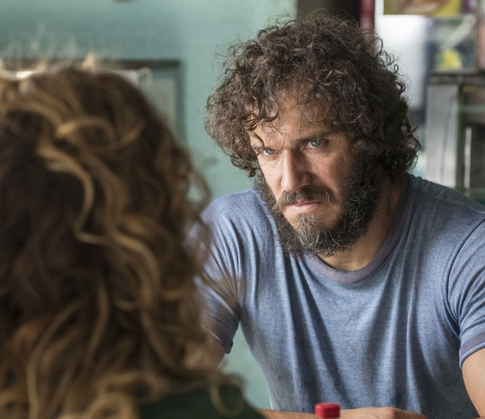 Dino sugere que Gilda peça dinheiro para Hugo (Foto: Ellen Soares/Gshow)