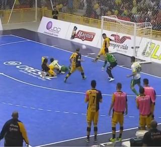 Rodrigo salva o Sorocaba com a baliza fora do lugar (Foto: Reprodução / SporTV)