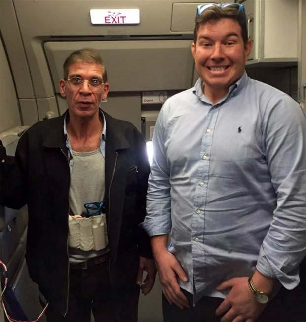 Foto de passageiro britânico ao lado de sequestrador de avião da Egyptair circula pelas redes sociais (Foto: Reprodução/ Twitter)