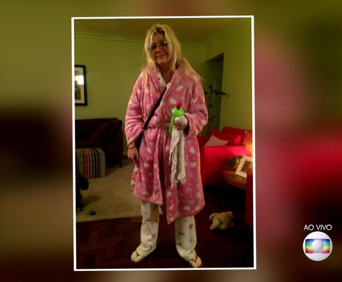 Luiza Possi de pijama na garagem de seu prédio (Foto: TV Globo)