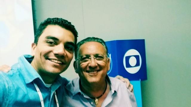 Antônio Marcos junto com seu ídolo Galvão Bueno durante treinamento na Globo. (Foto: Arquivo pessoal)