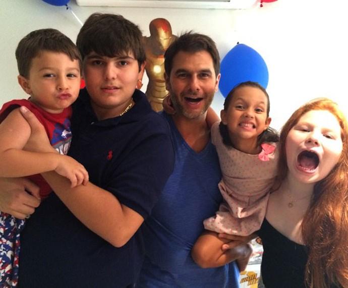 Dr. Fernando ao lado dos quatro filhos (Foto: Arquivo pessoal)