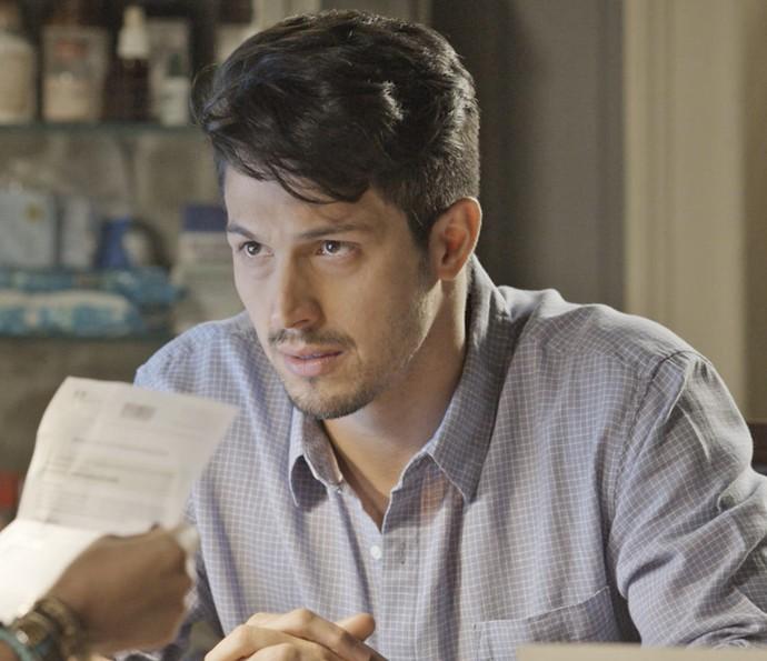 O médico fica aliviado com o resultado do exame (Foto: TV Globo)