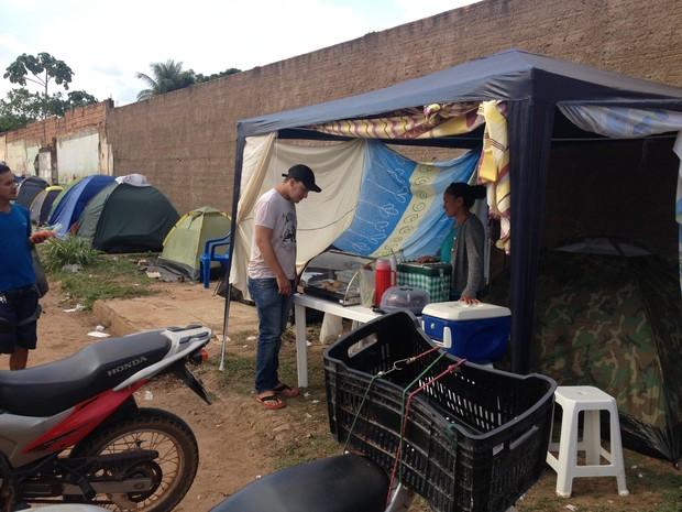 Familia aproveita para ter lucro com fila em Porto Velho (Foto: Matheus Henrique/G1)