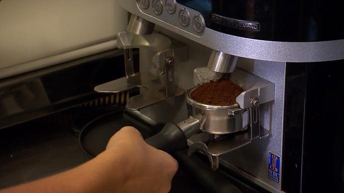 A barista Carla Lima assegura que cafeína não faz mal (Foto: TV Bahia)