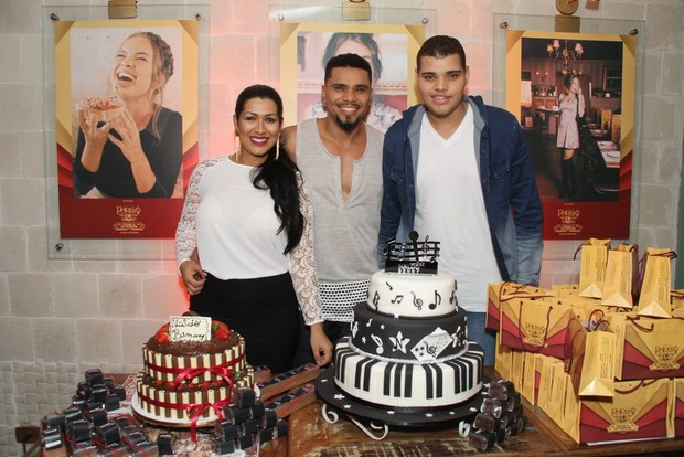 Naldo com Ellen Cardoso, a Mulher Moranguinho, e o filho, Pablo, em restaurante na Zona Oeste do Rio (Foto: Thyago Andrade/ Foto Rio News)