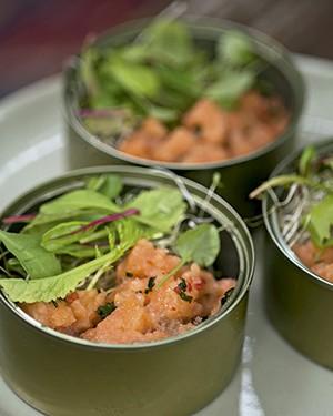 Tartar de salmão com minibrotos (Foto: Cacá Bratke/Editora Globo)