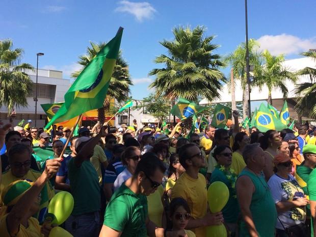 Manifestantes se reúnem na Concha Acústica em Votuporanga  (Foto: Renato/Colaboração)