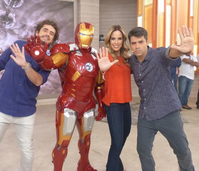 Trio de apresentadore se divertiu com o Homem de Ferro (Foto: Paula Oliveira/Gshow)