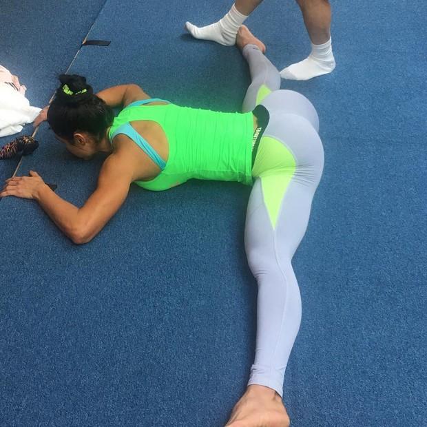 Gracyanne Barbosa mostra elasticidade (Foto: Reprodução / Instagram)
