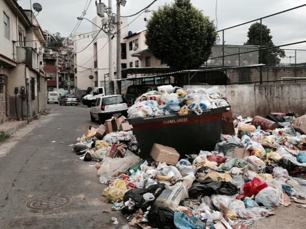 Avenida Neves, um dos acessos da Favela da Mangueira, tem lixo na rua (Foto: Guilherme Britto/G1)