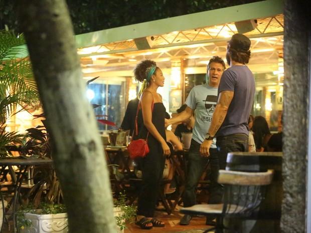 Sheron Menezzes e Nelson Freitas em restaurante na Zona Oeste do Rio (Foto: Delson Silva/ Ag. News)
