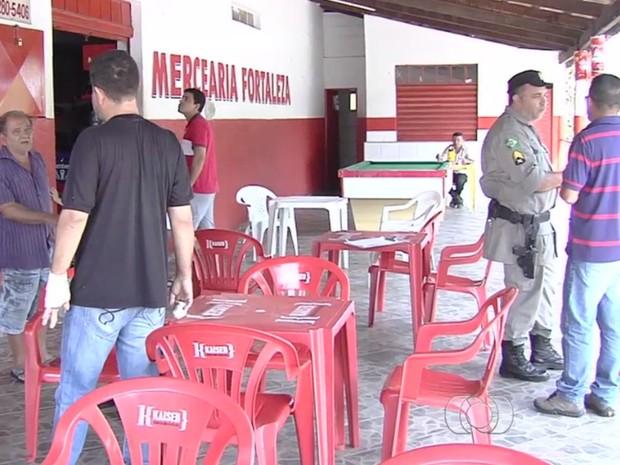 Bar foi assaltado quando estava cheio de clientes, em Goiânia (Foto: Reprodução/TV Anhanguera)