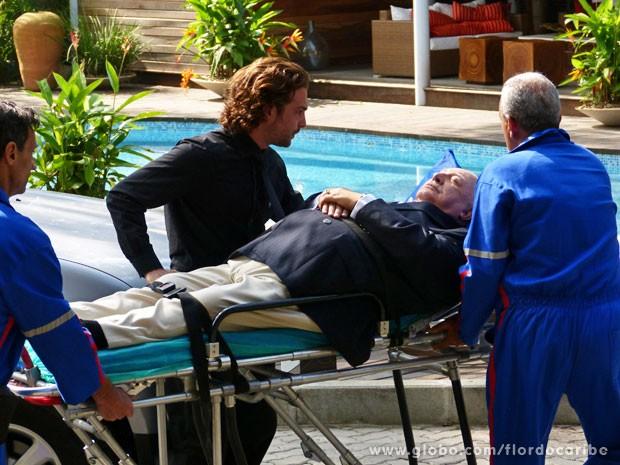 Dionísio passa mal e é levado inconsciente para o hospital (Foto: Flor do Caribe / TV Globo)
