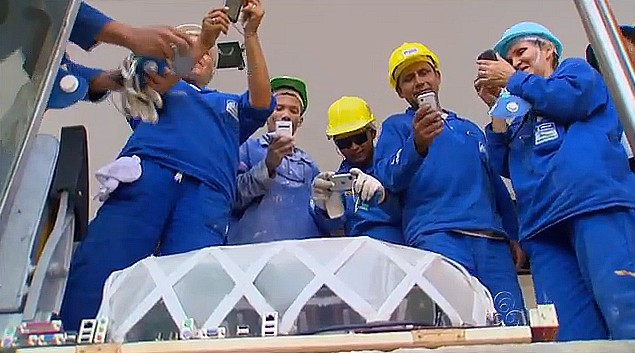 A réplica da Arena impressionou os operários da obra que tiraram fotos (Foto: Bom Dia Amazônia)