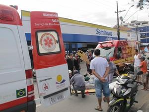Samu e Bombeiros foram até o local realizar resgate (Foto: Guilherme Lucio/G1)