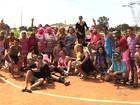 Jogo das Poderosas realiza futebol de saia e arrecada alimentos, em GO