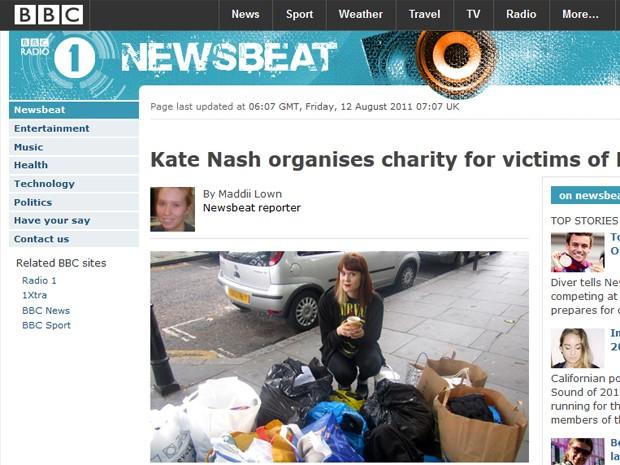 A cantora Kate Nash organizou pela internet o recolhimento de doações de mantimentos e roupas para pessoas que ficaram nas ruas após incêndios e destruição em Londres em 2011 (Foto: Reprodução/Site Bbc.co.uk)