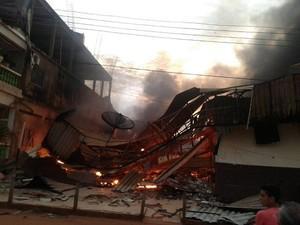 Incêndio destruiu um estabelecimento comercial na Boca do Acre (Foto: Arquivo Pessoal)