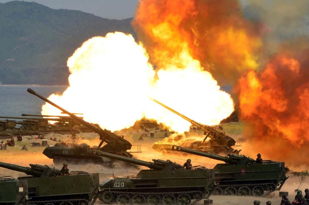 Foto distribuída nesta quarta-feira (26) pelo governo da Coreia do Norte mostra exercício de artilharia com fogo real realizado por ocasião do aniversário de seu Exército (Foto: Korean Central News Agency/Korea News Service via AP)