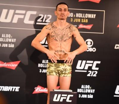 Max Holloway tomada de peso UFC 212 (Foto: André Durão)