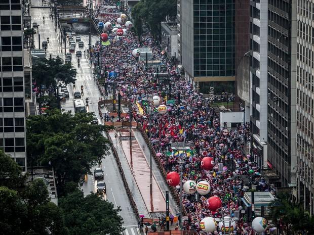 Vista aérea da Avenida Paulista, em São Paulo, onde multidão participa de manifestação a favor da Petrobras e da presidente Dilma Rousseff (Foto: Tiago Queiroz/Estadão Conteúdo)