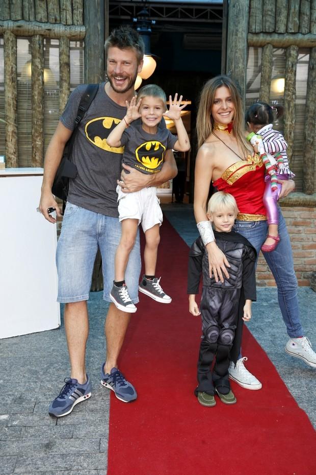 Fernanda Lima e Rodrigo Hilbert com  filhos (Foto: Alex Palarea e Felipe Panfili/AgNews)
