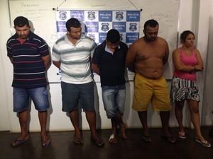 Cinco presos foram apresentados na coletiva da polícia.  (Foto: Natália Souza/G1)