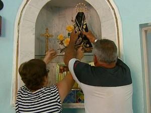 Após furto, santa é colocada de volta em altar de capela em Ribeirão Bonito (Foto: Ely Venâncio/EPTV)