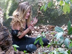 Sofia chora ao ver mão machucada  (Foto: Malhação / TV Globo)