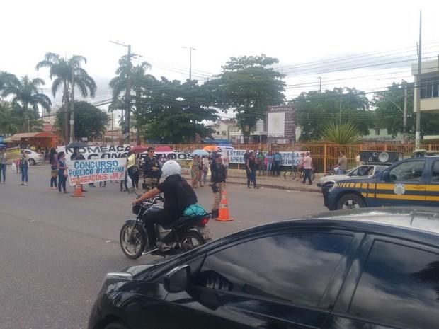 Manifestantes interditam parcialmente rodovia BR-316 na frente da prefeitura de Ananindeua (Foto: Divulgação / PRF)