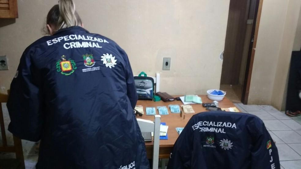 Mais de 30 mandados de apreensão estão sendo cumpridos em Cachoeira do Sul (Foto: MP/Divulgação)