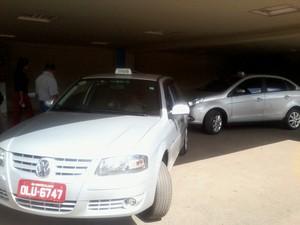 Algumas pessoas trocam os táxis credenciados por clandestinos, que cobram mais barato (Foto: Henrique Corrêa/G1)