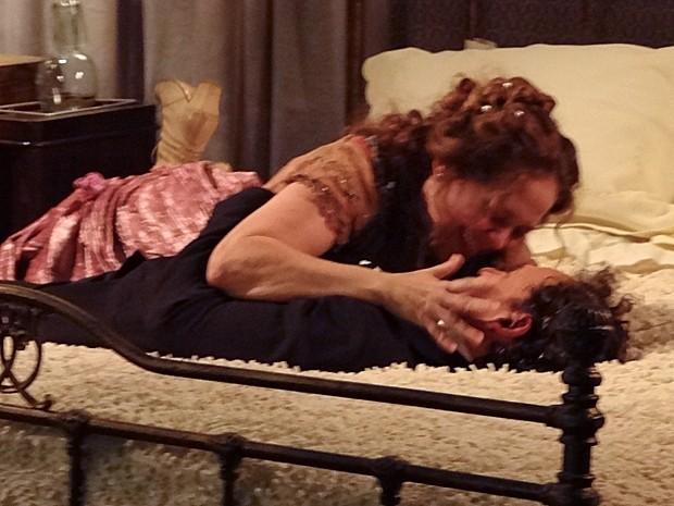 Os dois têm sua primeira noite de amor (Foto: Lado a Lado/TV Globo)