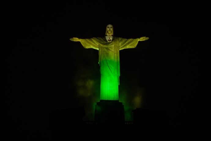 Cristo Redentor iluminado verde e amarelo 100 dias para as olimpíadas (Foto: Renato Sette Camara/Prefeitura do Rio)