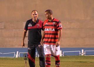 Wagner Lopes, técnico do Atlético-GO, e Mateus Caramelo, lateral (Foto: Reprodução/TV Anhanguera)