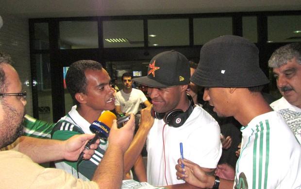 Desembarque Marcos Assunção em Salvador (Foto: Diego Ribeiro / Globoesporte.com)