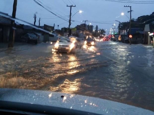 Ruas ficaram alagadas no Sul da Ilha (Foto: Ronaldo Bruchado/RBS TV)