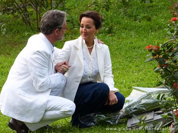 Dquue pede para o ex-maridod e Guiomar liberar o romance dos dois (Foto: Flor do Caribe / TV Globo)