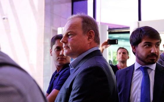 Operação Zelotes - André Gerdau se apresenta com advogados na Polícia Federal (Foto: Edilson Dantas / Ag. O Globo)