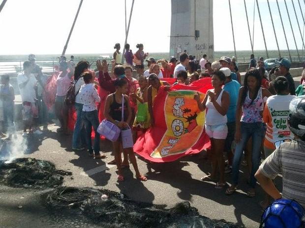 Ponte é fechada por manifestantes em Sergipe (Foto: Marina Fontenele/G1)