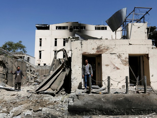 Homem afegão em frente a imóvel destruído em explosão em Cabul, no Afeganistão, nesta terça-feira (6) (Foto: Mohammad Ismail/Reuters)