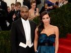 Kim Kardashian capricha na fenda e ganha mão boba de Kanye West