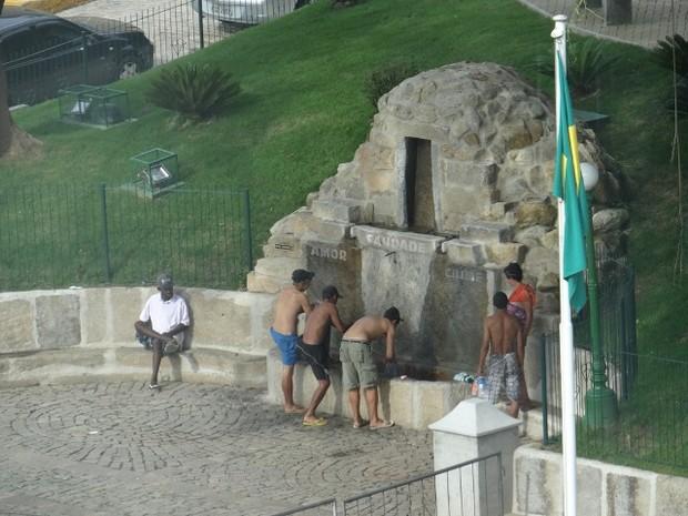 Cena acomtece frequentemente e preocupa quem passa ou mora nas redondezas da Praça do Suspiro (Foto: Antonio José Miranda)