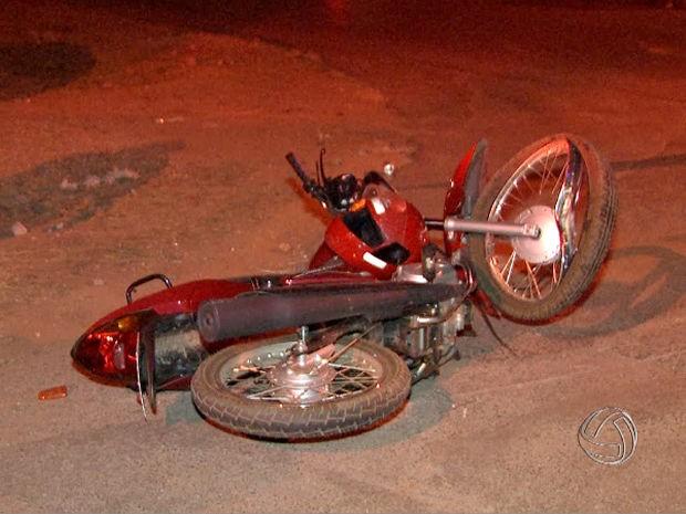 Motociclista de 22 anos morreu após acidente em Várzea Grande. (Foto: Reprodução/TVCA)