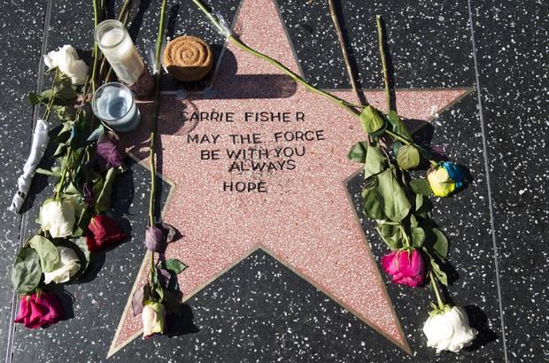 Fã faz uma montagem para homenagear Carrie  (Foto: VALERIE MACON / AFP)