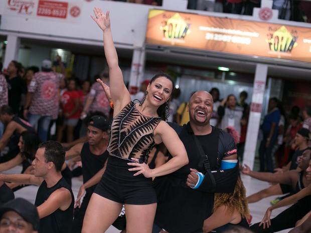 Viviane Araújo na quadra do Salgueiro, na Zona Norte do Rio (Foto: Alex Nunes/ Divulgação)