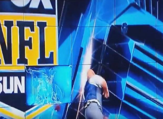 Rodriguez tentou um lançamento à la quarterback para Jay Glazer, mas o arremesso saiu um pouco mais alto e atingiu a tela (Foto: Reprodução/YouTube/WorldStarHipHop)