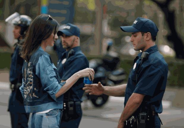 Cena do comercial da Pepsi com a modelo Kendall Jenner, que foi retirado do ar após polêmica com a campanha Black Lives Matter (Foto: Pepsi Global)